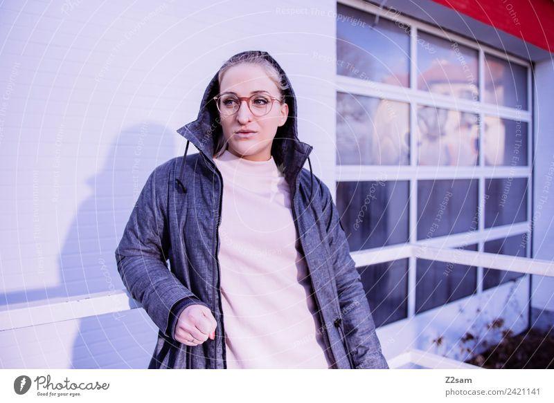 L. in the streets Lifestyle elegant Stil feminin Junge Frau Jugendliche 18-30 Jahre Erwachsene Stadt Industrieanlage Fabrik Mode Kapuzenjacke Brille blond