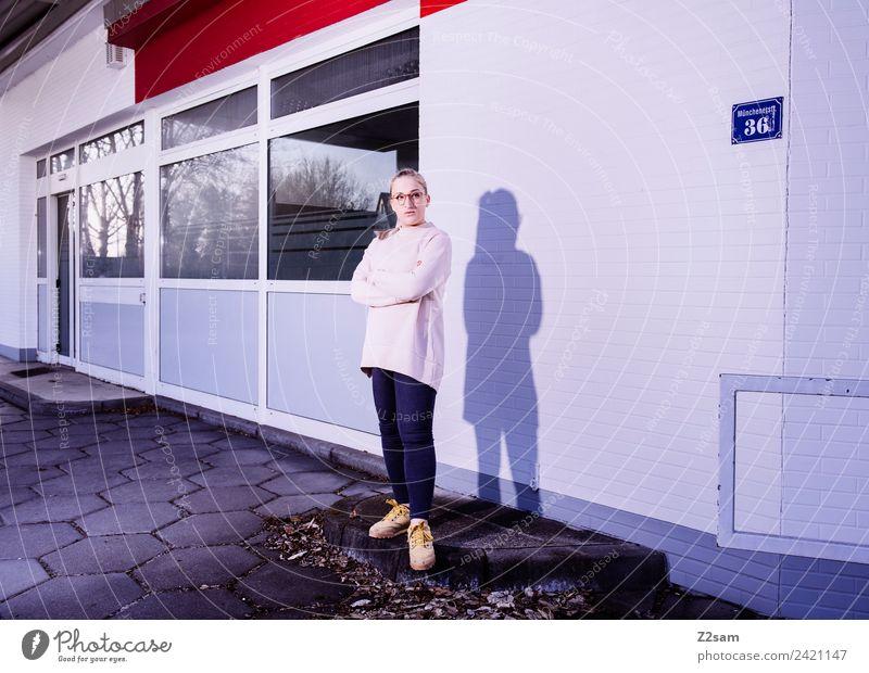 L. in the streets Lifestyle elegant Stil feminin Junge Frau Jugendliche 18-30 Jahre Erwachsene Herbst Stadt Industrieanlage Mode Brille blond langhaarig stehen