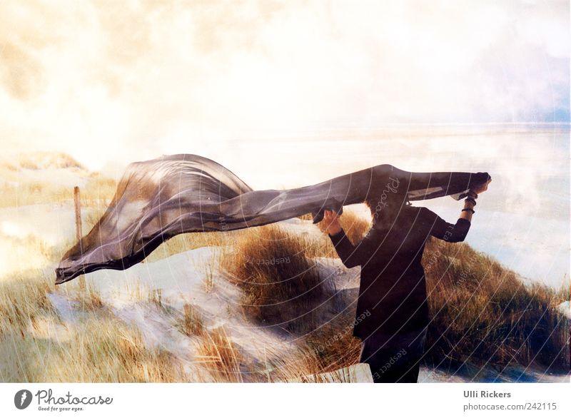 luft anhalten Mensch Himmel Natur blau Ferien & Urlaub & Reisen Meer Sommer Strand Erwachsene Ferne Erholung gelb feminin Landschaft Sand träumen