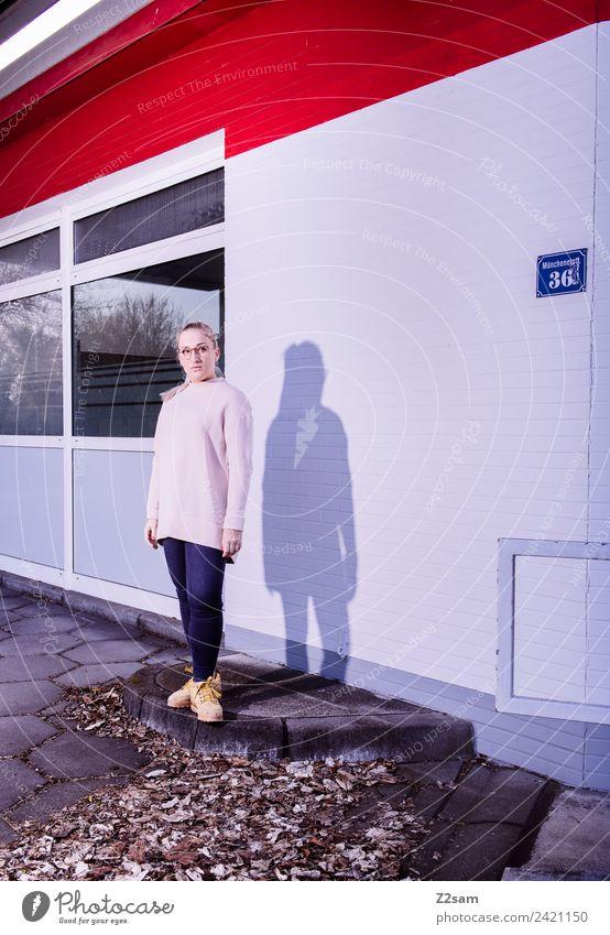 L. in the streets Lifestyle elegant Stil feminin Junge Frau Jugendliche 18-30 Jahre Erwachsene Herbst Schönes Wetter Stadt Industrieanlage Mode Jeanshose