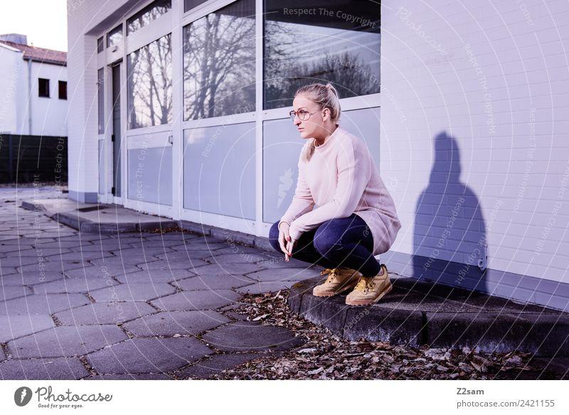 Streetwear 2018 Lifestyle elegant Stil Junge Frau Jugendliche 18-30 Jahre Erwachsene Herbst Stadt Industrieanlage Fabrik Mode Jeanshose Pullover Brille blond
