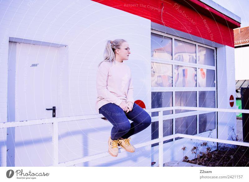 L. in the streets Lifestyle elegant Stil feminin Junge Frau Jugendliche 18-30 Jahre Erwachsene Stadt Industrieanlage Fabrik Mode Jeanshose Pullover Brille blond