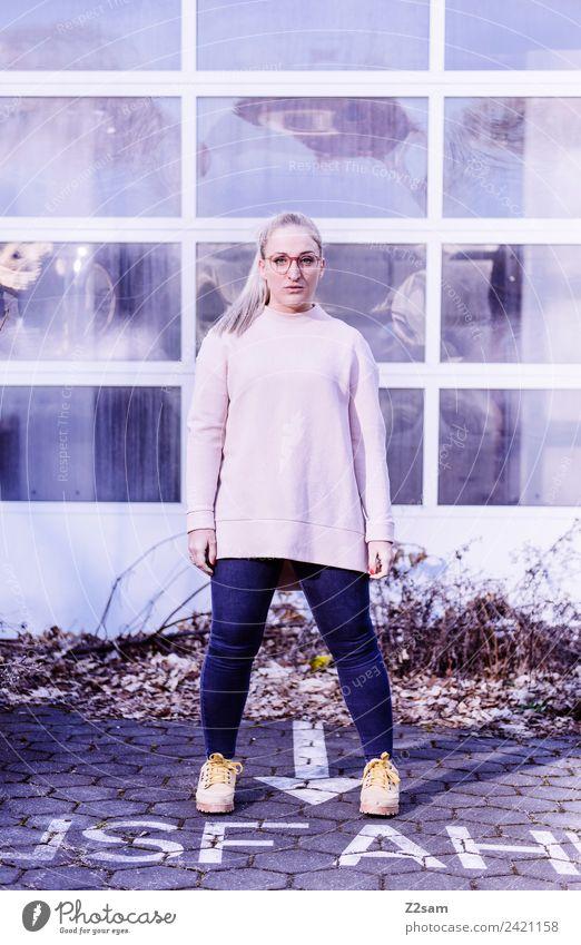 Streetwear 2018 Lifestyle elegant Stil feminin Junge Frau Jugendliche 18-30 Jahre Erwachsene Herbst Schönes Wetter Stadt Industrieanlage Fabrik Mode Jeanshose