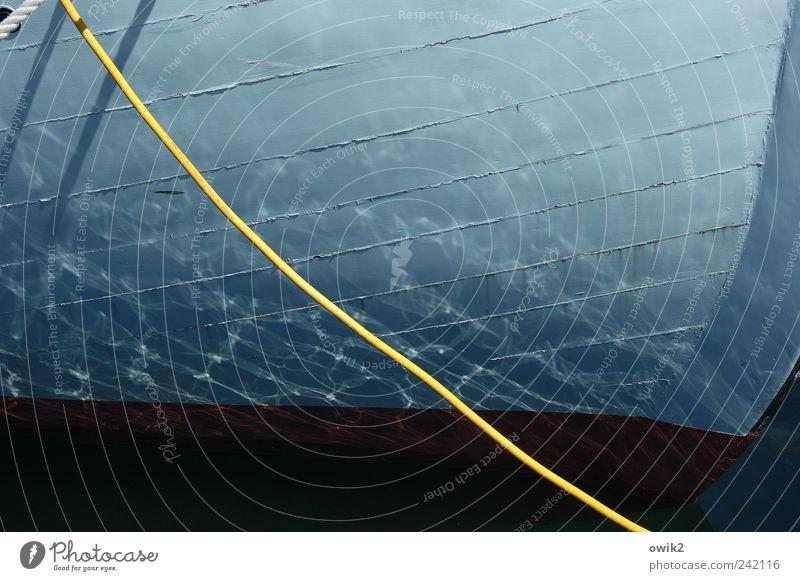 Stille im Hafen Wasser Klima Wetter Schifffahrt Bootsfahrt Jacht Segelboot Seil Schiffsplanken Schiffsrumpf Holz glänzend leuchten blau schwarz Idylle