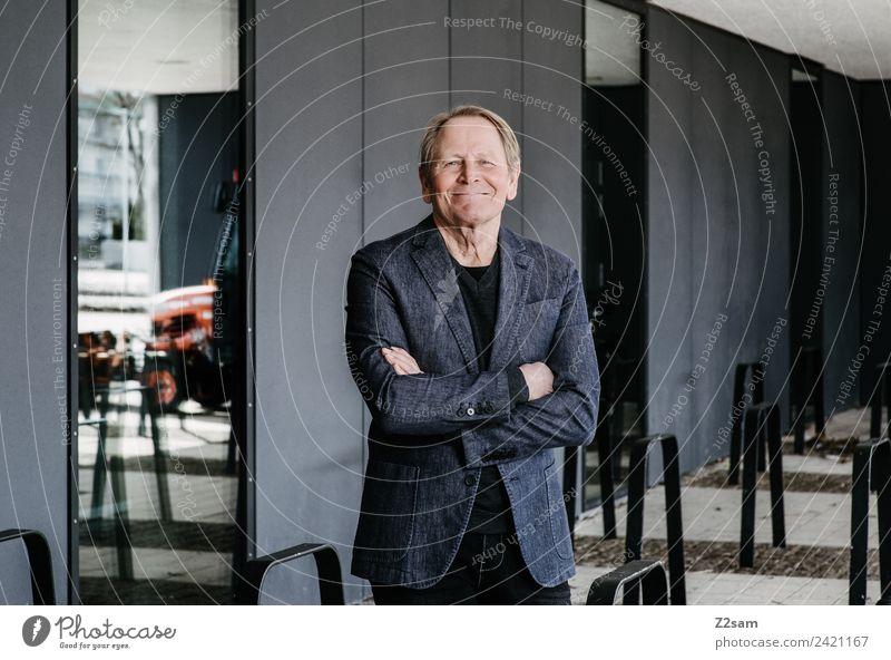 Zufriedener Rentner Lifestyle elegant maskulin Männlicher Senior Mann 60 und älter Stadt Jacke jacket blond Erholung Lächeln lachen stehen alt Freundlichkeit