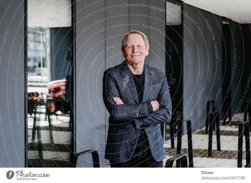 Zufriedener Rentner Lifestyle elegant Stil maskulin Männlicher Senior Mann 60 und älter Stadt Gebäude Architektur Jacke Jeanshose blond Lächeln lachen Blick