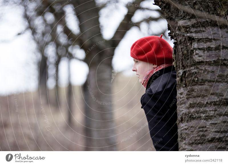 Versteckspiel elegant Wohlgefühl Erholung ruhig Ausflug Ferne Freiheit Umwelt Natur Baum Mantel Mütze Einsamkeit entdecken Erwartung Gefühle geheimnisvoll