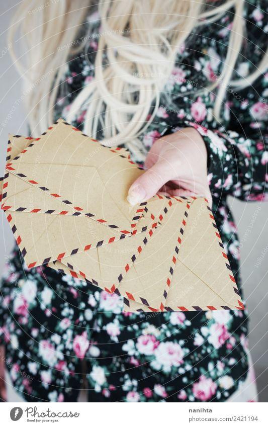 Frau mit Retro-Papierumschlägen Design Post sprechen Mensch feminin Junge Frau Jugendliche 1 18-30 Jahre Erwachsene Mode Hemd blond langhaarig Briefumschlag