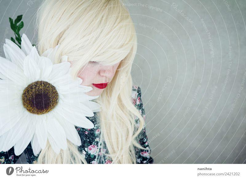 Junge blonde Frau, die in der Nähe einer riesigen Blume posiert. elegant Stil schön Haare & Frisuren Haut Gesicht Lippenstift Mensch feminin Junge Frau