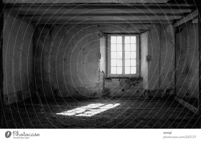 Platz für Gedanken Haus Mauer Wand Fenster alt dunkel gruselig leer Leerstand Unbewohnt Einsamkeit Rahmen negativ verfallen Schwarzweißfoto Innenaufnahme