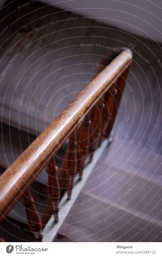 Holztreppe abwärts alt Haus grau Stein Gebäude braun gehen Treppe Fabrik Häusliches Leben fest Mobilität Renovieren Treppenhaus