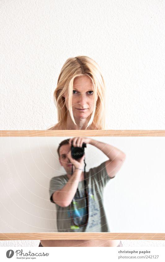 You + Me Häusliches Leben Wohnung maskulin feminin Junge Frau Jugendliche Junger Mann Paar Partner 18-30 Jahre Erwachsene Spiegel festhalten blond Zusammensein