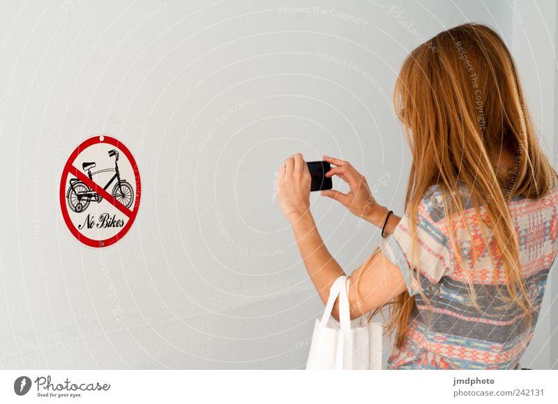 no bikes Lifestyle Stil Handy Fotokamera Junge Frau Jugendliche 1 Mensch 18-30 Jahre Erwachsene Haus Gebäude Hauseingang Verkehrszeichen Verkehrsschild blond