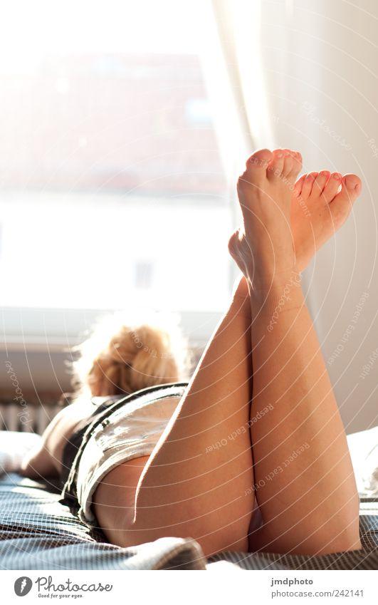 Sommermädchen Stil Glück Wohlgefühl Zufriedenheit Erholung ruhig Meditation Wohnung Bett Schlafzimmer feminin Junge Frau Jugendliche Beine Fuß 1 Mensch