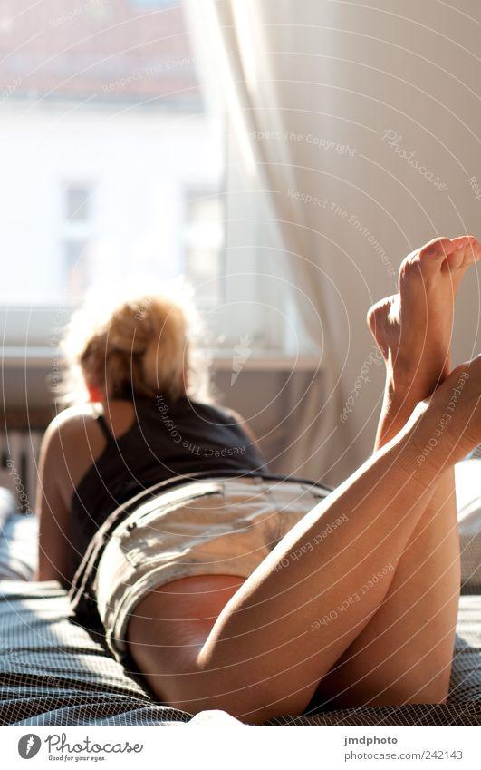 Sommermädchen Mensch Jugendliche ruhig Erholung feminin Fenster träumen Traurigkeit Zufriedenheit Bett liegen Vertrauen Lebensfreude Warmherzigkeit Müdigkeit