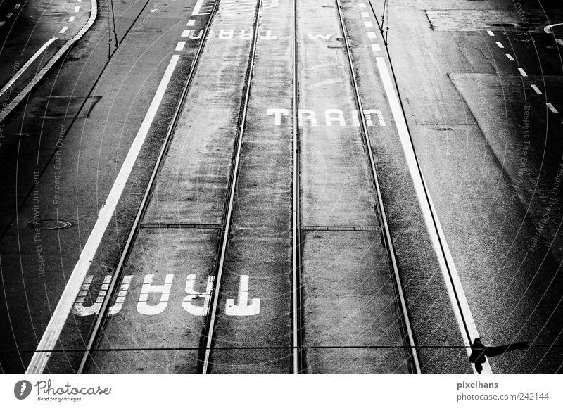 Tram(per) alt Wasser weiß Ferien & Urlaub & Reisen schwarz Straße dunkel Metall Regen dreckig Beton Verkehr Perspektive fahren Gleise Stahl