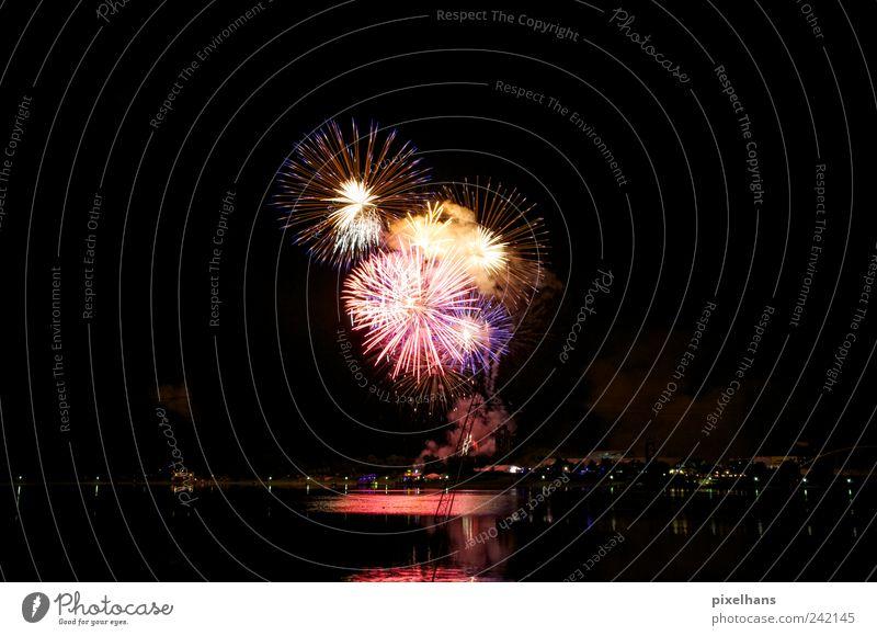 Leuchtkraft Sommer Veranstaltung Feste & Feiern See Feuerwerk Wasser warten blau mehrfarbig gelb gold violett rosa schwarz weiß Freude Explosion Licht Farbfoto
