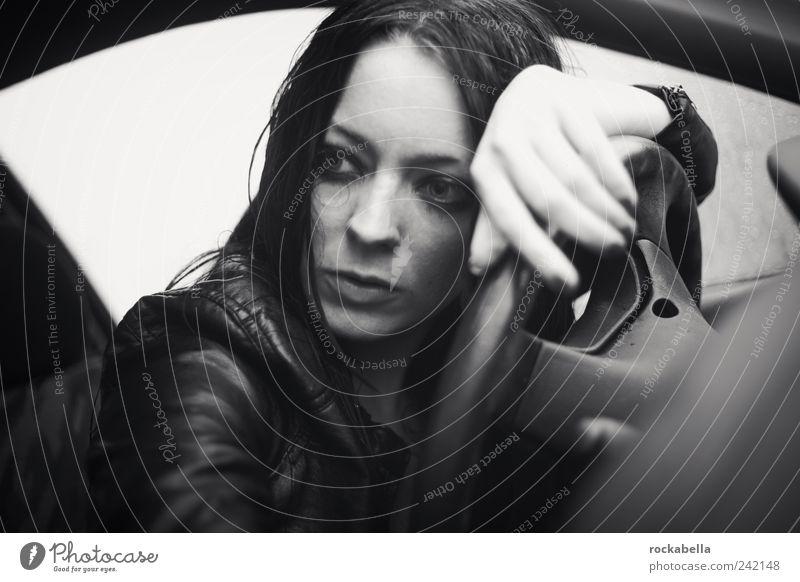 wenns mir zu viel wird, dann breche ich aus. Mensch Jugendliche schön feminin Regen Erwachsene fahren authentisch beobachten einzigartig Autofenster langhaarig schwarzhaarig Junge Frau Lenkrad