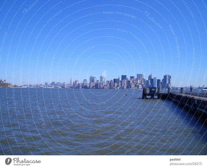 Manhatten Panorama Wasser Stadt Skyline New York City Blauer Himmel Manhattan himmelblau Wolkenloser Himmel New York State Klarer Himmel Vor hellem Hintergrund