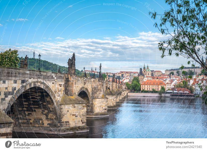 Karlsbrücke an der Seite und Prag Stadt Lifestyle schön Ferien & Urlaub & Reisen Sommer Kunst Landschaft Altstadt Gebäude Architektur Sehenswürdigkeit