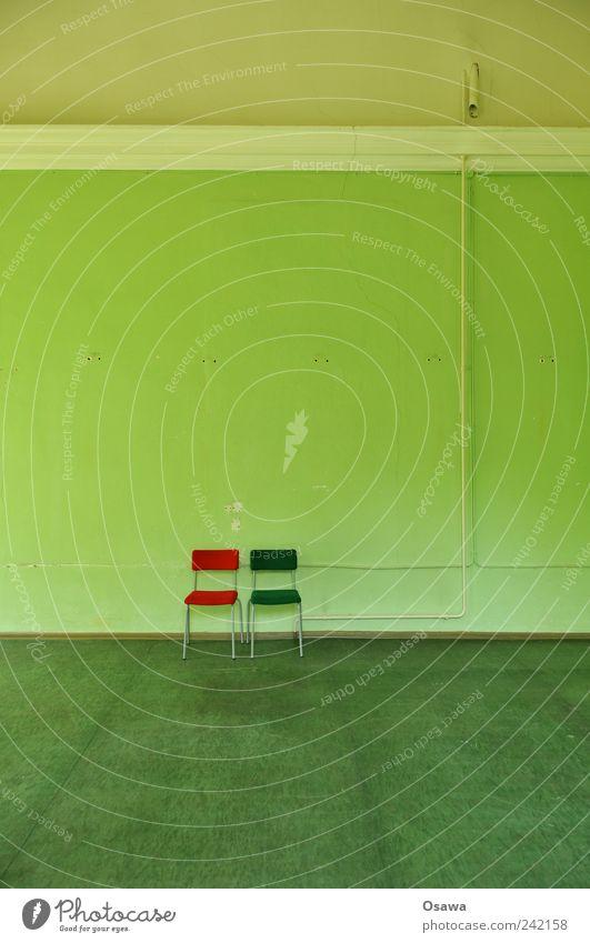 Doppelsitzung Stuhl 2 Polster paarweise nebeneinander Wand Raum Innenarchitektur grün rot Ornament Stuck kahl nackt Menschenleer ausdruckslos Einsamkeit