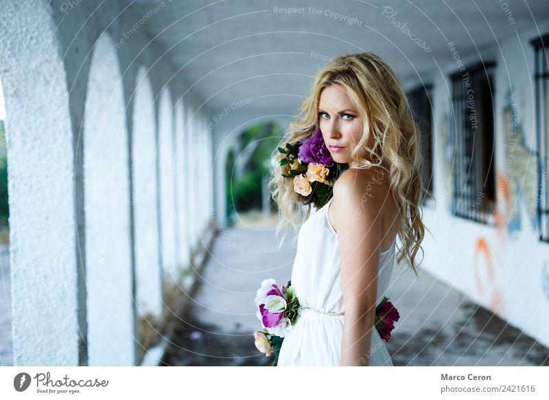 junges wunderschönes blondes kaukasisches Mädchen mit blauen Augen und Blumen attraktiv Hintergrund neutral blaue Augen ländlich Körperpflege Kaukasier lockig