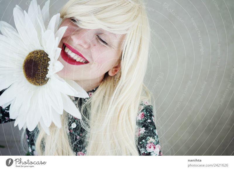 Glückliche blonde Frau, die in der Nähe einer riesigen Blume posiert. Stil Design Freude schön Haare & Frisuren Haut Gesicht Lippenstift Mensch feminin