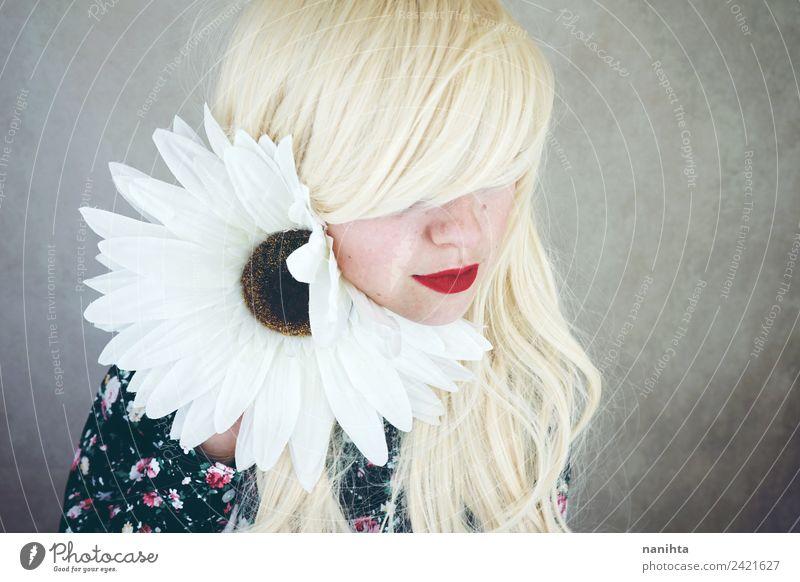 Junge Frau, die in der Nähe eines riesigen Gänseblümchens posiert. elegant Stil schön Haare & Frisuren Haut Gesicht Lippenstift Wellness harmonisch Sinnesorgane