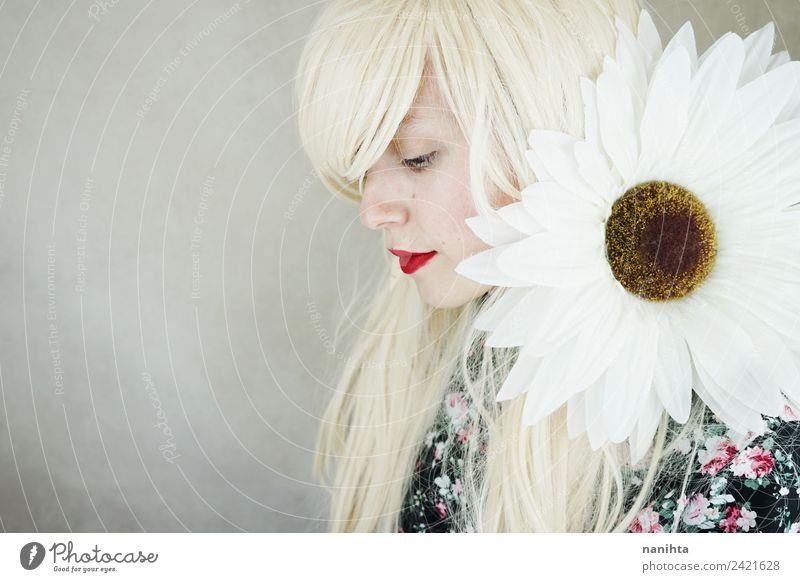 Junge blonde Frau, die mit einem riesigen Gänseblümchen posiert. Lifestyle elegant Stil schön Haare & Frisuren Haut Gesicht Lippenstift Wellness Sinnesorgane