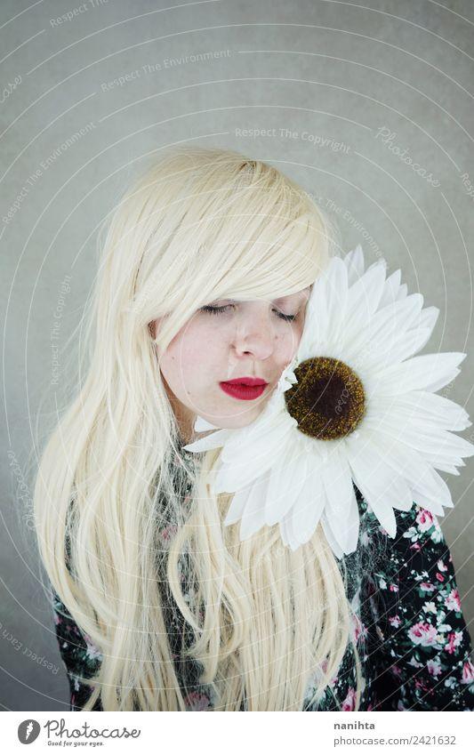 Schöne blonde Frau, die in der Nähe einer riesigen Blume posiert. Lifestyle Stil Design schön Haare & Frisuren Haut Gesicht Sinnesorgane Erholung Duft Mensch