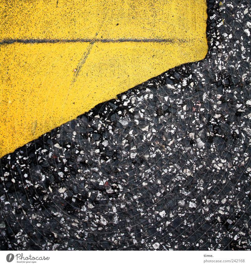 Sternenhimmel mit Horizontlinie Asphalt gelb Straße Warnhinweis Hinweis diagonal rottig verbaucht Fleck gefleckt Linie Vogelperspektive Am Rand