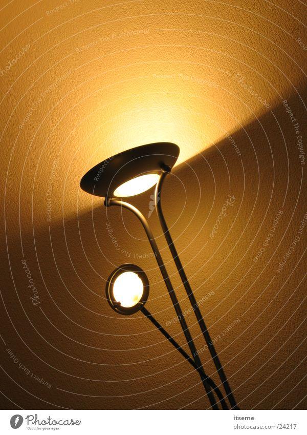 Fluter_03 gelb Lampe Häusliches Leben beige Koloss Flutlicht halbdunkel Lichtkegel Deckenlampe