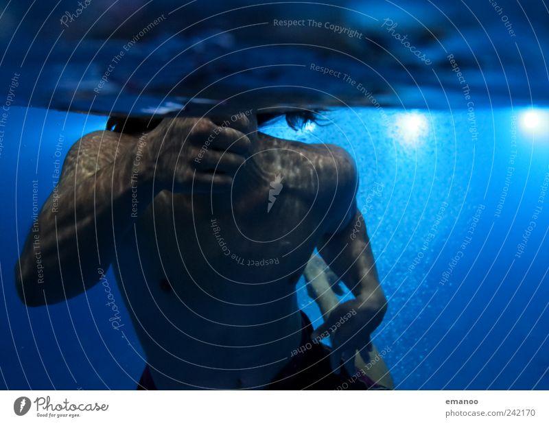 Daumen hoch Mensch Mann Jugendliche Wasser Hand blau Freude Erwachsene dunkel kalt Sport Bewegung Luft Körper Freizeit & Hobby Kraft