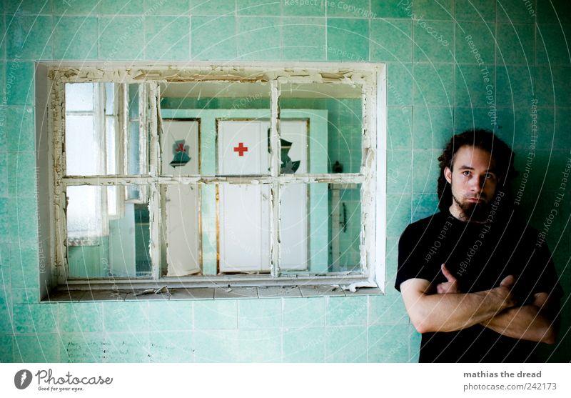 WARTEN BIS DER ARZT KOMMT Mensch Jugendliche alt grün rot Fenster dunkel Wand Mauer warten maskulin stehen kaputt trist Junger Mann gruselig
