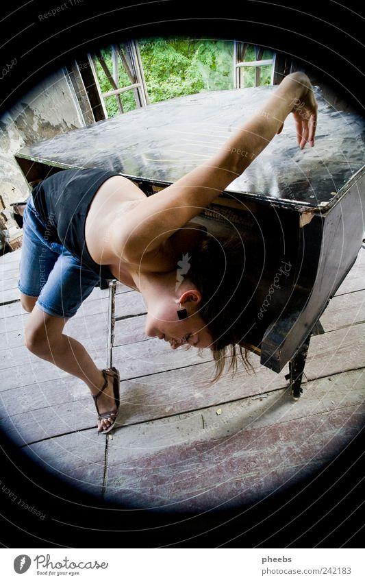 verbogen, verspielt. Klavier Mädchen Frau körper Akrobatik alt Sommer Mensch Musik Staub Bühne Tanzen Performance Haare & Frisuren Neigung Jugendliche