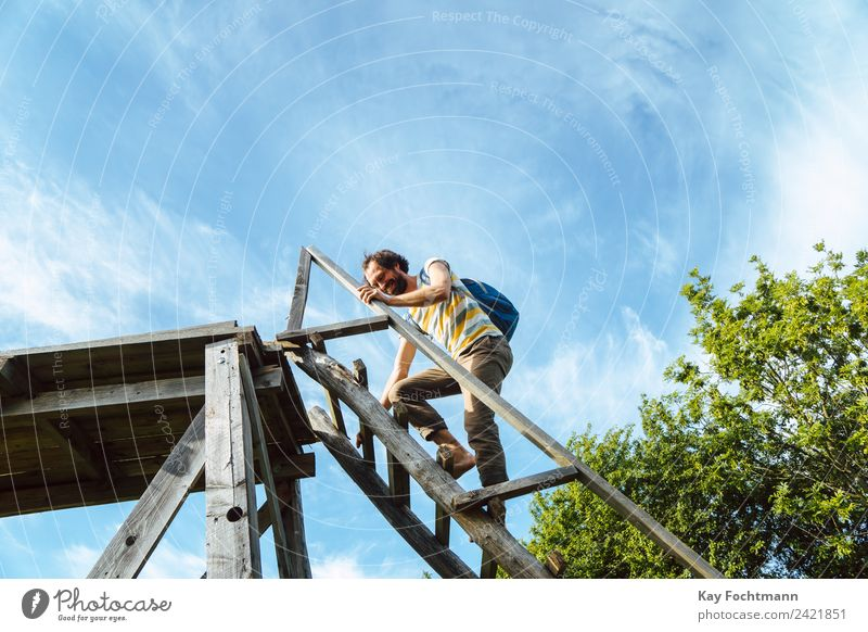 Junger Mann klettert auf einen Hochsitz Lifestyle Freude Leben Wohlgefühl Zufriedenheit Erholung Freizeit & Hobby Ferien & Urlaub & Reisen Ausflug Freiheit