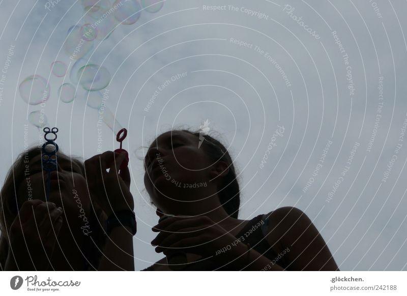 Zusammen verändern wir die Welt Kind Mensch Himmel Hand Jugendliche ruhig dunkel Kopf Freundschaft Zusammensein fliegen hoch Hoffnung Seifenblase Inspiration