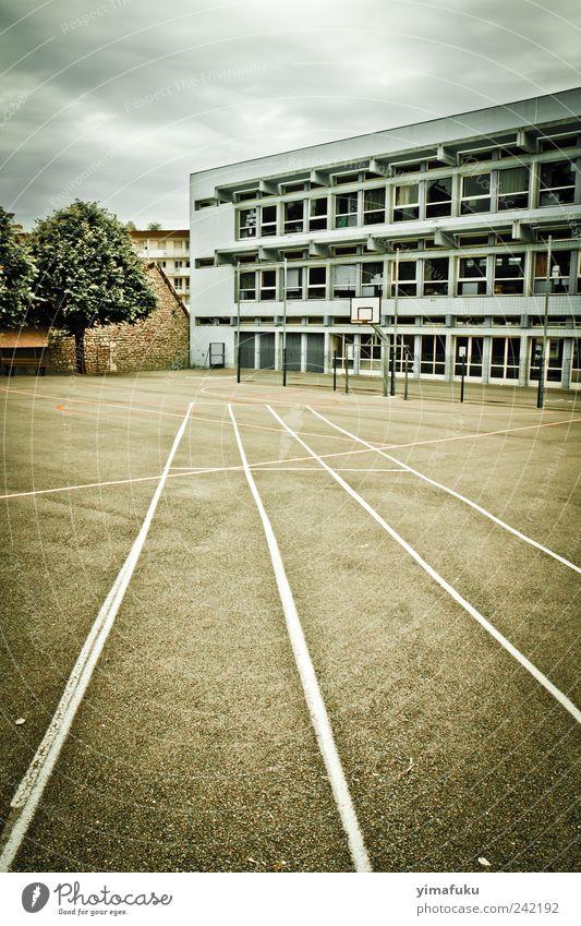 Schule modern trist Frankreich Schulhof