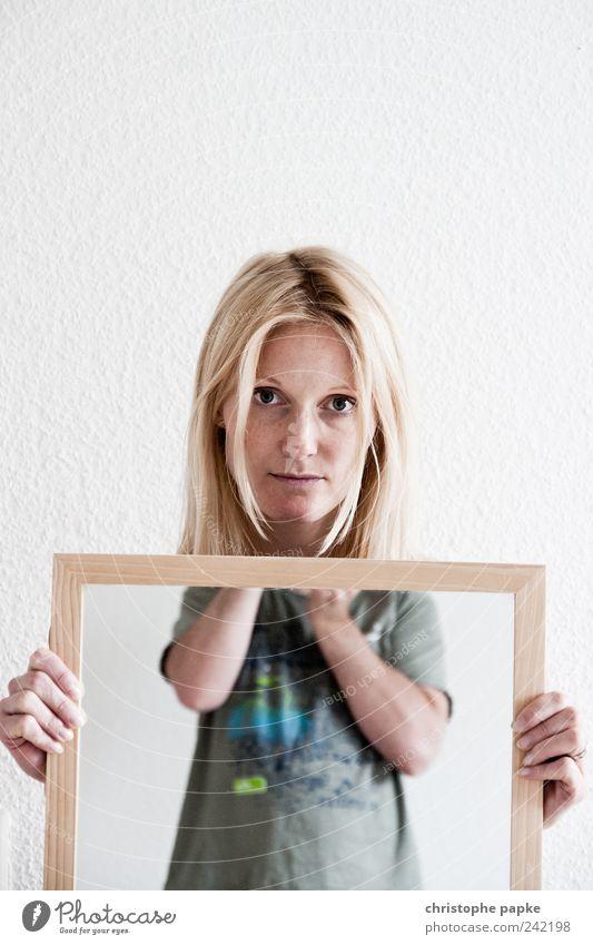 Wi(e)derspiegeln Mensch Jugendliche schön feminin Traurigkeit blond Erwachsene maskulin Model Spiegel festhalten Fotograf Photo-Shooting Junge Frau Junger Mann 18-30 Jahre