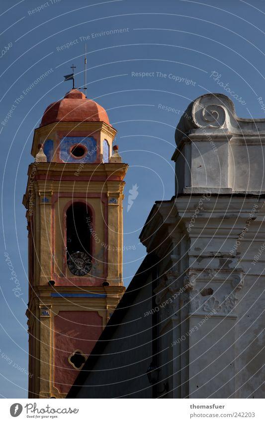 Ocker - Isola Capraia Meditation Sightseeing Städtereise Sommer Insel Wolkenloser Himmel Dorf Kleinstadt Hafenstadt Altstadt Kirche Mauer Wand Kirchturm
