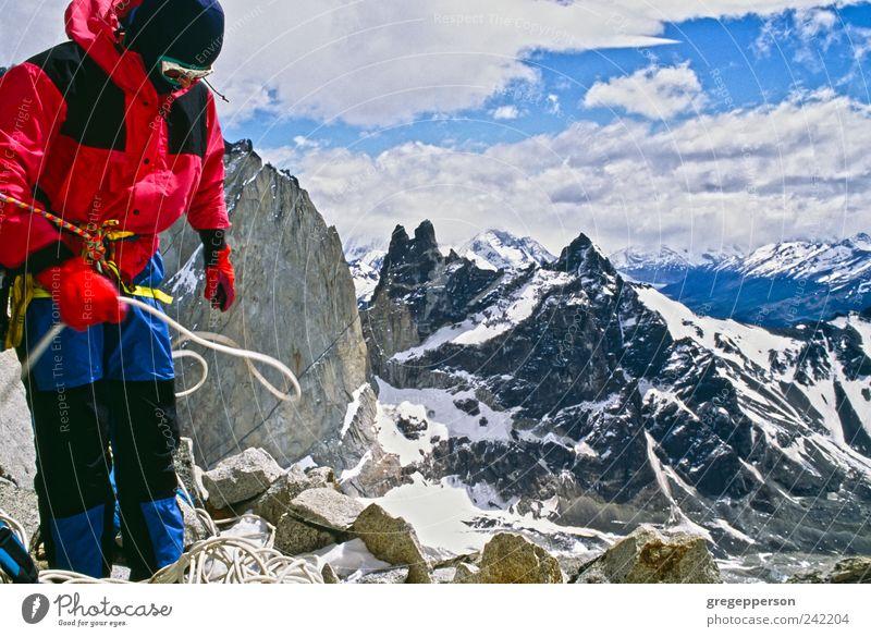 Mensch Mann Sport Berge u. Gebirge Erwachsene Erfolg Seil Abenteuer Klettern Gipfel Jacke Mut Top sportlich Bergsteigen greifen