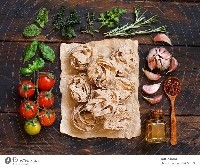 Vollkornnudeln Tagliatelle, Gemüse und Kräuter Vegetarische Ernährung Diät Flasche Tisch Blatt dunkel frisch braun grün rot Tradition Essen zubereiten