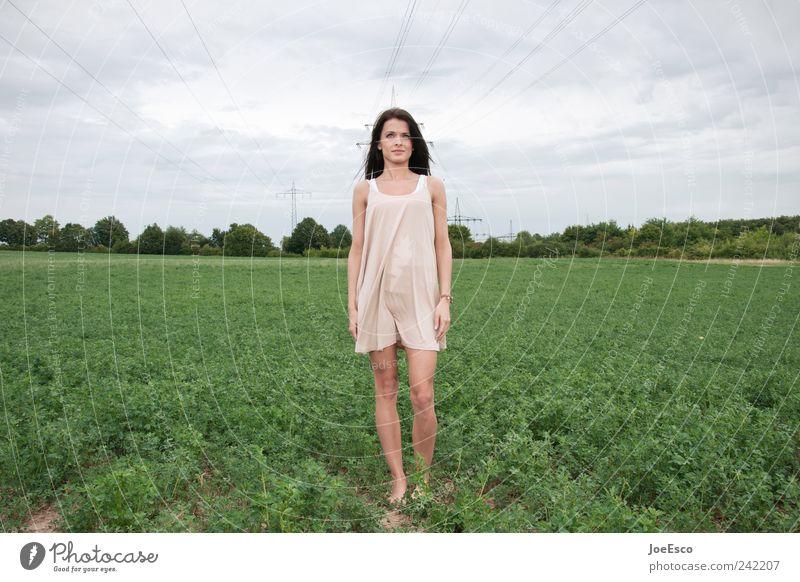 #242207 Stil Freiheit Frau Erwachsene Natur Himmel Wolken Feld Kleid langhaarig beobachten stehen träumen Traurigkeit warten authentisch trendy einzigartig