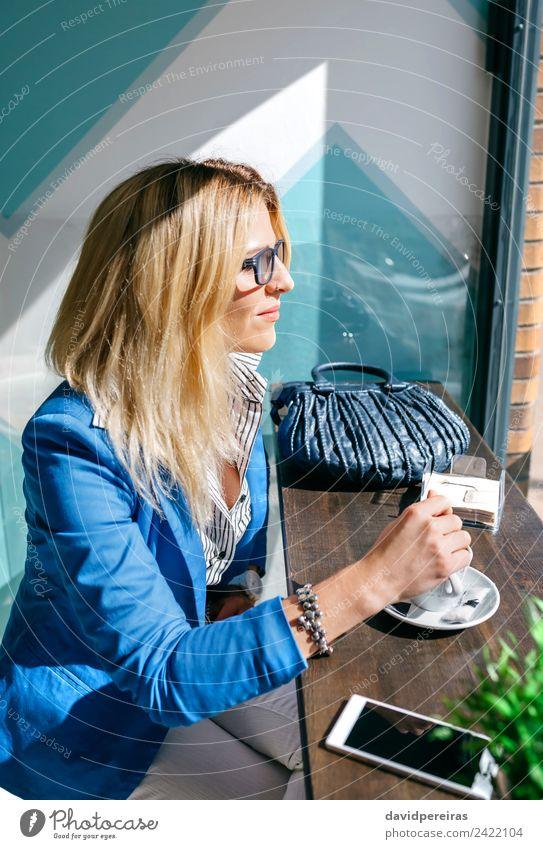 Junge Frau beim Mischen von Kaffee Lifestyle kaufen schön Erholung Freizeit & Hobby Tisch Arbeit & Erwerbstätigkeit Telefon PDA Technik & Technologie Mensch