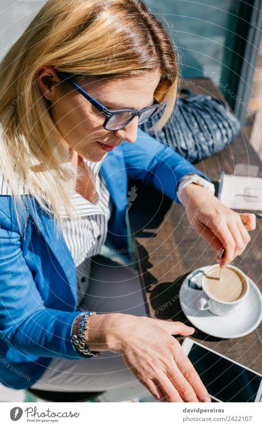 Arbeiterin, die Kaffee rührt und nach einem Telefon aussieht. Lifestyle kaufen schön Freizeit & Hobby Arbeit & Erwerbstätigkeit Business PDA Bildschirm