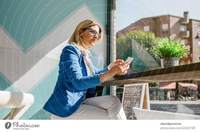 Arbeiterin denkt und hält Telefon. Kaffee Lifestyle kaufen Glück schön Freizeit & Hobby Tisch Arbeit & Erwerbstätigkeit PDA Technik & Technologie Mensch Frau