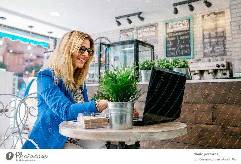 Geschäftsfrau mit dem Laptop Glück lesen Arbeit & Erwerbstätigkeit Arbeitsplatz Computer Notebook Internet Mensch Frau Erwachsene Pflanze blond fahren genießen