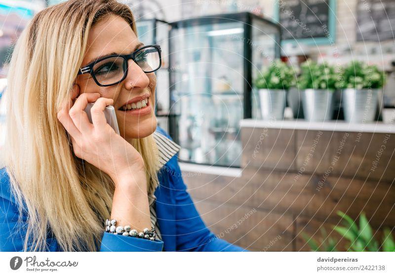 Frau spricht am Telefon in einem Café. Kaffee Lifestyle kaufen Freude Glück schön Freizeit & Hobby Arbeit & Erwerbstätigkeit sprechen PDA Technik & Technologie