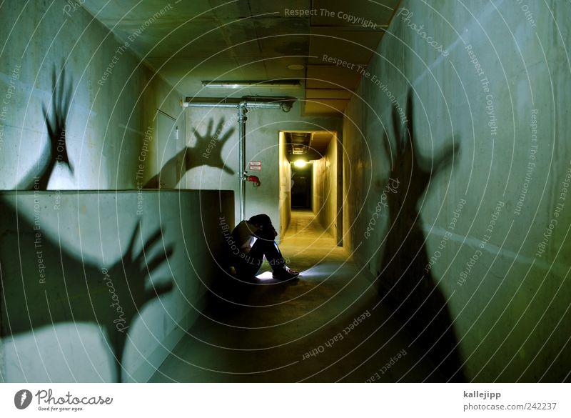 sind das die geister die ich rief? Mensch maskulin Mann Erwachsene Leben 1 hocken sitzen Angst Entsetzen Todesangst Platzangst Zukunftsangst gefährlich Stress