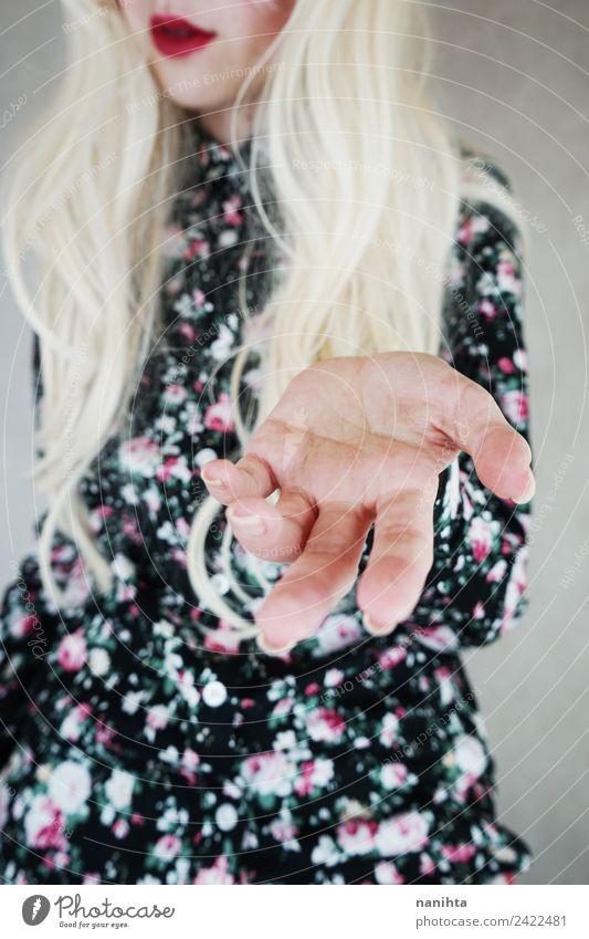 Junge blonde Frau, die ihre Hand zeigt. elegant Stil Design schön Haare & Frisuren Lippenstift Mensch feminin Junge Frau Jugendliche 1 18-30 Jahre Erwachsene